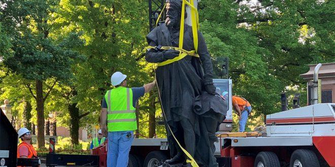Retiro de la estatua de Cristóbal Colón en el Tower Grove Park, St. Louis, Missouri, EE. UU., 16 de junio de 2020. Esta imagen obtenida de las redes sociales. Doyle Murphy / Riverfront Times a través de Reuters.