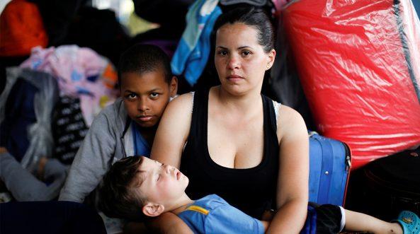 La inmigrante venezolana Erika Fernández, de 33 años, posa para una foto con sus hijos Ronald, de 10 años, y José, de 3, mientras esperan para procesar sus documentos en el centro de servicio fronterizo ecuatoriano-peruano, antes de continuar su viaje, en las afueras de Tumbes, Perú, 16 de junio de 2019. Fernández, una enfermera, viaja para encontrarse con su esposo que ha estado en Perú durante un año.