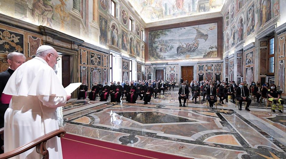 El Papa Francisco se reúne con trabajadores de la salud italianos mientras celebra su primera audiencia para un grupo de personas desde que Italia levantó su encierro de la enfermedad por coronavirus (COVID-19), en el Vaticano, 20 de junio de 2020. Medios del Vaticano / Folleto vía REUTERS