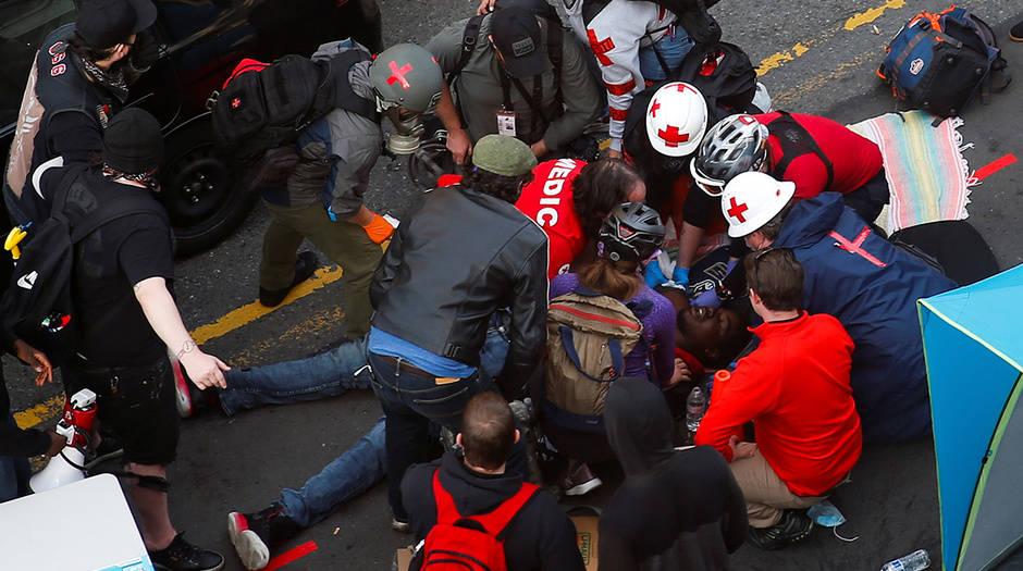 Los médicos atienden a un hombre que recibió un disparo en el brazo por un conductor de un vehículo negro en una protesta contra la desigualdad racial en Seattle, Washington, EE. UU., 7 de junio de 2020. REUTERS / Lindsey Wasson