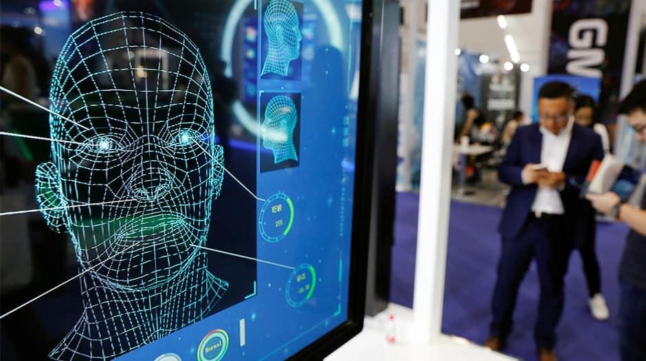 Los visitantes revisan sus teléfonos detrás del software de reconocimiento facial durante la Conferencia Mundial de Internet Móvil (GMIC) en la Convención Nacional en Beijing, China, 27 de abril de 2018. REUTERS / Damir Sagolj