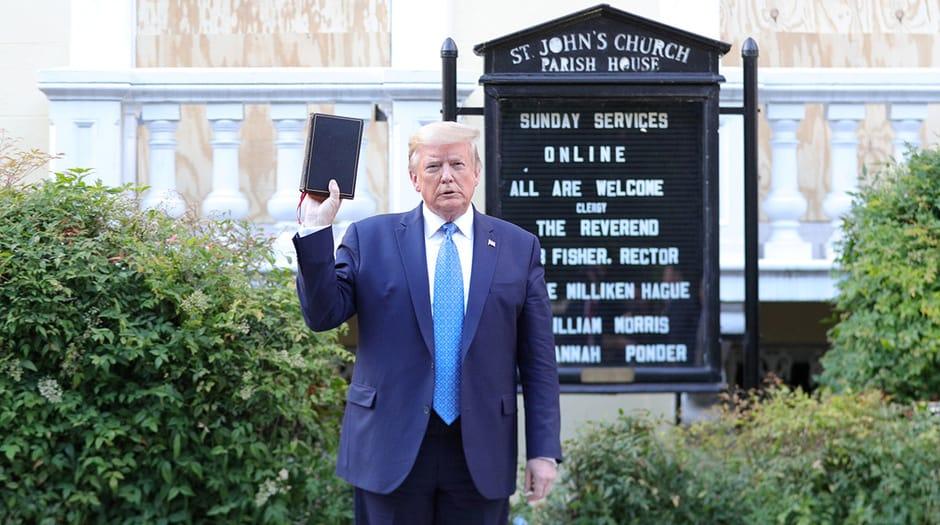 El presidente de los Estados Unidos, Donald Trump, sostiene una Biblia mientras se para frente a la Iglesia Episcopal de San Juan frente a la Casa Blanca después de caminar allí para tomarse una foto durante las protestas en curso por la desigualdad racial a raíz de la muerte de George Floyd mientras estaba en custodia de la policía. Casa Blanca en Washington, EE. UU., 1 de junio de 2020. REUTERS / Tom Brenner IMÁGENES TPX DEL DÍA