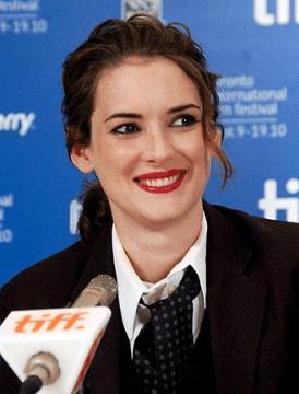 """La actriz Winona Ryder acusó por segunda vez al actor Mel Gibson de antisemita al recordar un incidente en el que le preguntó si era una """"esquivadora de hornos"""" en alusión al Holocausto. Imagen: Wikipedia"""