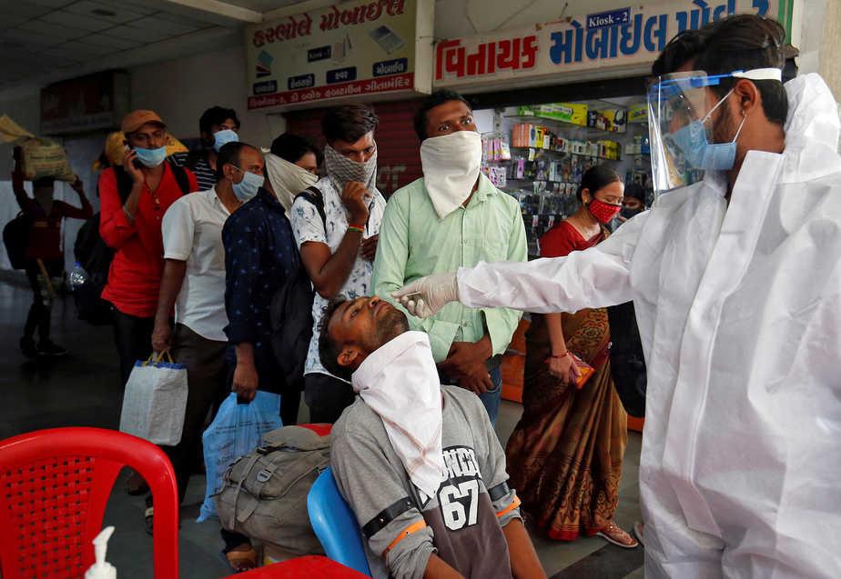 OMS alarmada ante aumento de casos diarios por la COVID-19/ Foto  REUTERS/Amit Dave