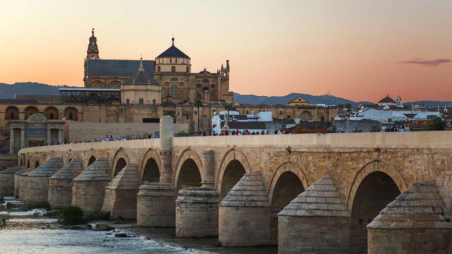 El verano más intenso CÓRDOBA, ÁRABE Y ROMANA. La Mezquita de Córdoba, junto a la Alhambra de Granada uno de los monumentos más visitados, vista desde el Puente Romano. Andalucía