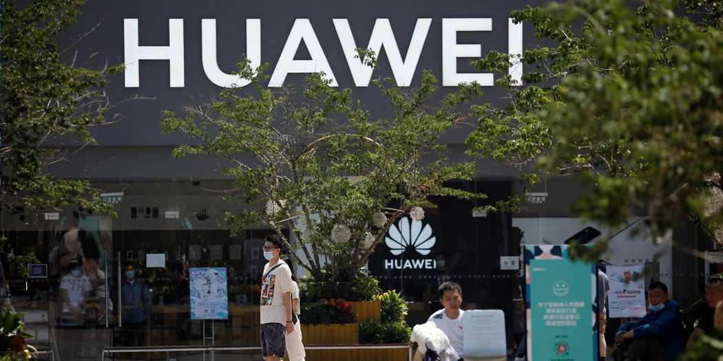 La gente pasa frente a una tienda Huawei en un complejo comercial en Beijing, China, 14 de julio de 2020. REUTERS / Tingshu Wang