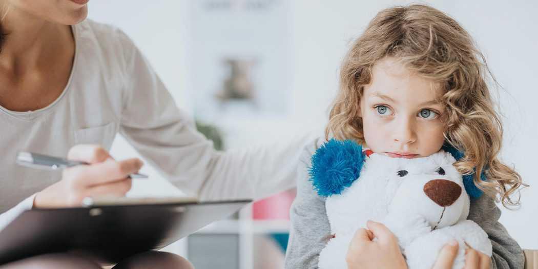 Los niños y adolescentes pueden manifestar estrés, angustia, irritabilidad, miedo ante los contagios, incertidumbre e incluso ser víctimas de la estigmatización durante la COVID-19. Esto puede acarrear problemas de salud mental después. Imagen: Envato