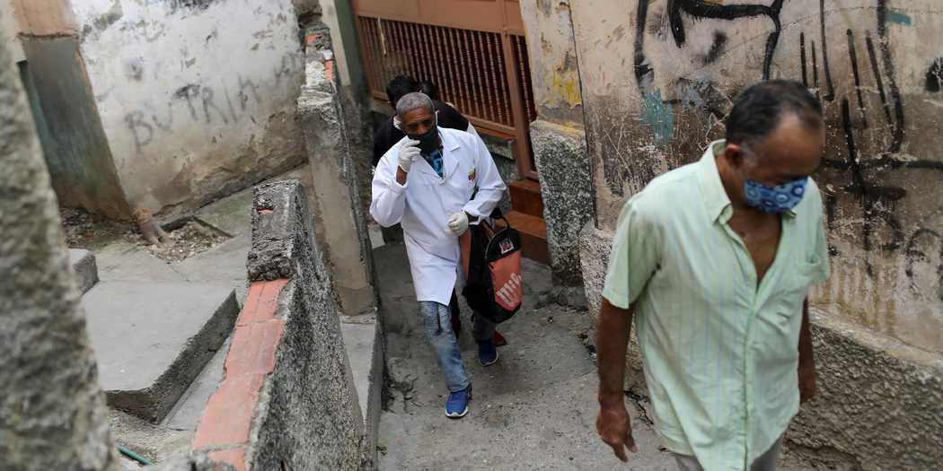 Un médico participa en una caminata en el barrio de bajos ingresos de Las Mayas, a medida que aumentan los casos en medio del brote de la enfermedad por coronavirus (COVID-19), en Caracas, Venezuela, 14 de julio de 2020. REUTERS / Manaure Quintero