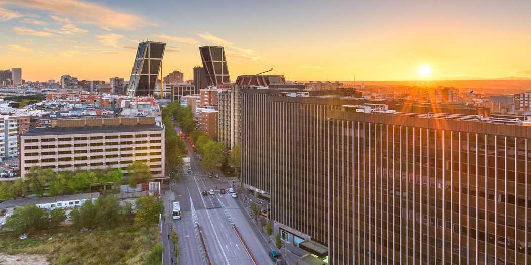 Distrito financiero horizonte al atardecer. Madrid, España.