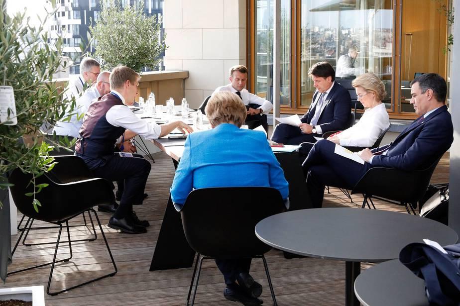 La cumbre de la UE sigue sin aprobar el fondo de recuperación / foto Foto @sanchezcastejon