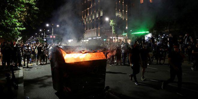 Continúan manifestaciones violentas en Belgrado ante un eventual retorno al confinamiento