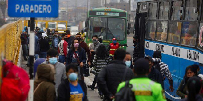 La COVID-19 arrecia en América y Europa abre sus fronteras