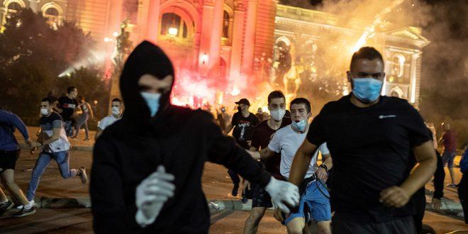 Arrecian protestas en Belgrado en contra del gobierno de Vucic