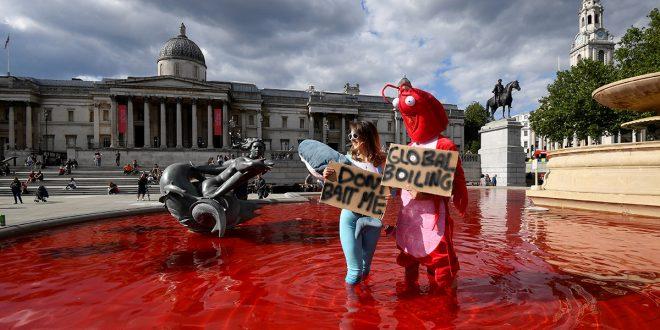 Activistas tiñen de rojo dos fuentes en Trafalgar Square de Londres