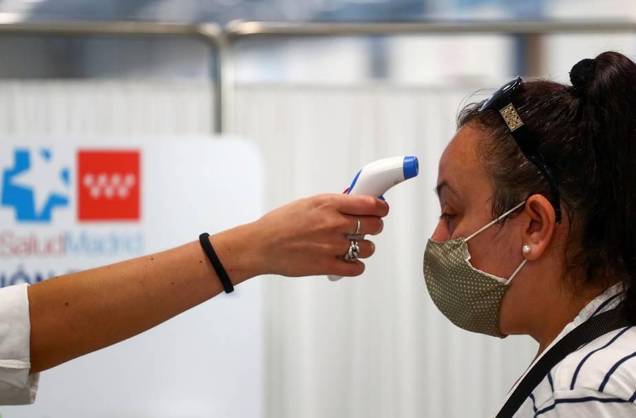 "Es falso, ""la pistolita de temperatura"" no mata las neuronas / Foto REUTERS/Sergio Perez"