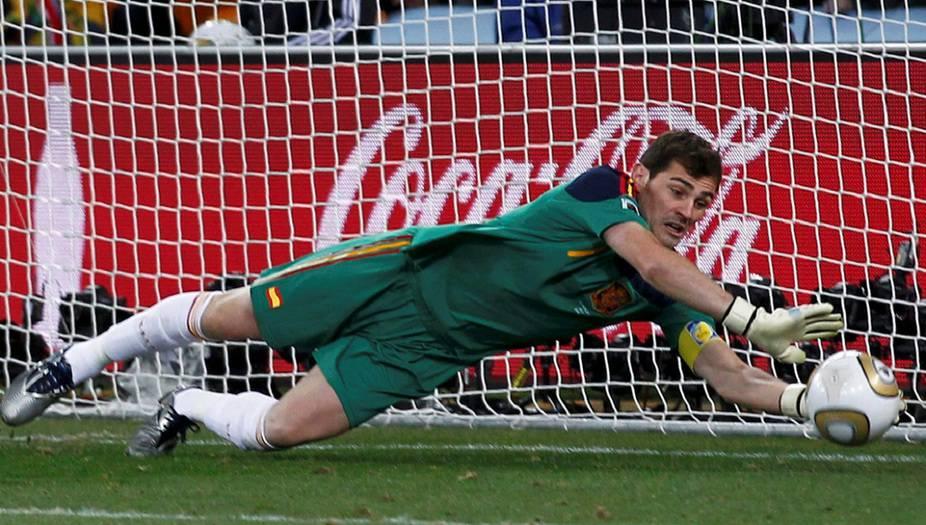 Es oficial, Iker Casillas cuelga los guantes y las botas / Foto REUTERS / Marcos Brindicci