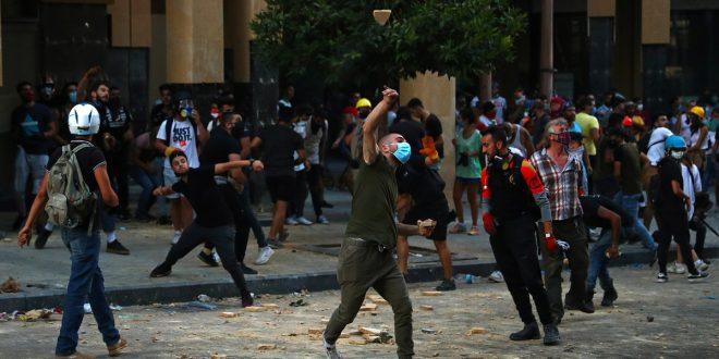 Tensión en Beirut, libaneses arremeten contra oficinas públicas
