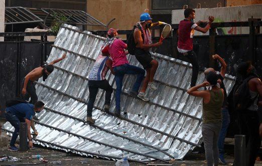 Tensión en Beirut, libaneses arremeten contra cuatro ministerios