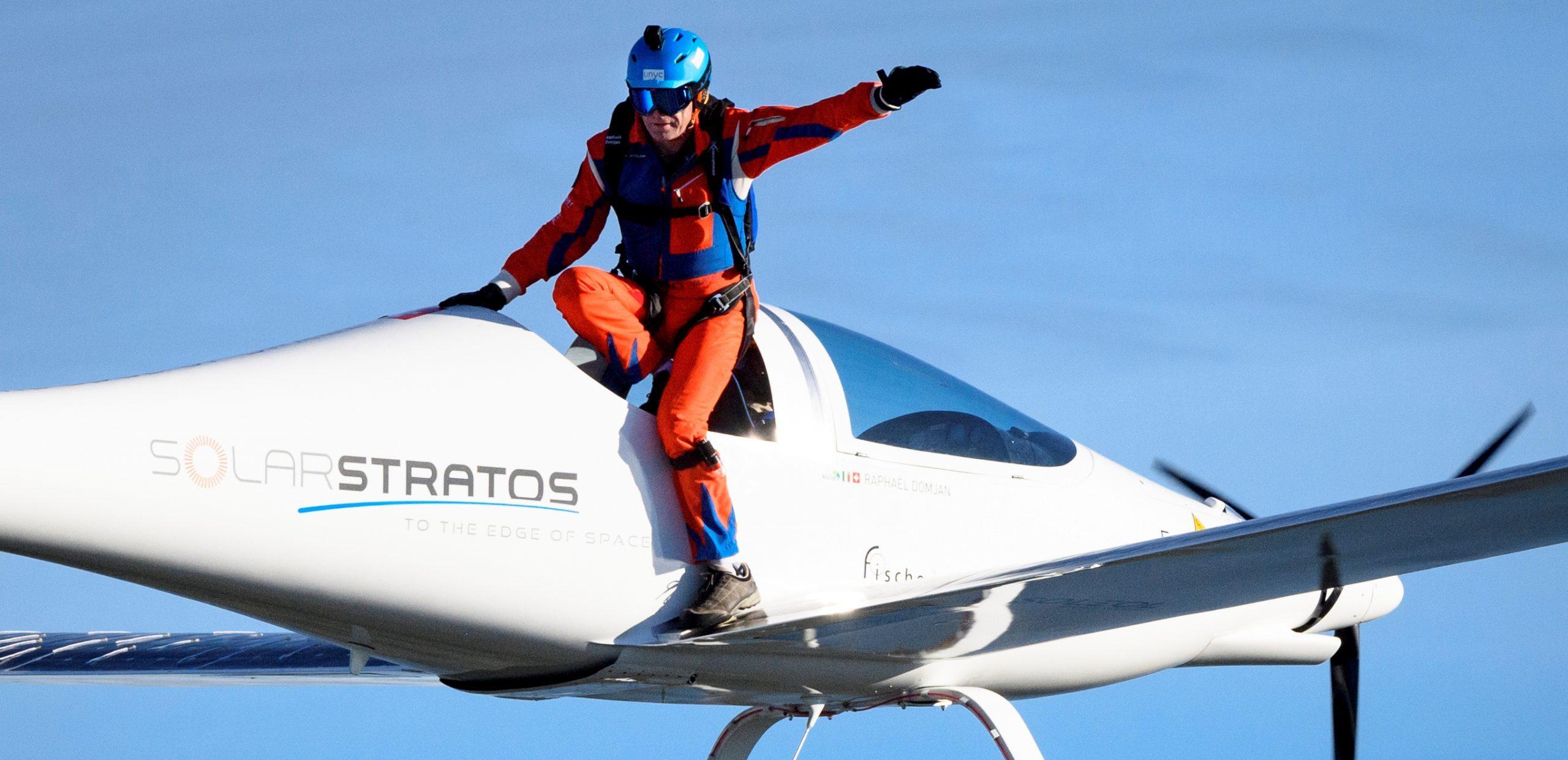 Primer salto y caída libre en avión solar