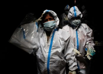 Los trajadores sanitarios siguen redoblando turnos para atender a los pacientes. La COVID-19 se fortalece, van 24,8 millones de contagios en el mundo / Foto  REUTERS / Francis Mascarenhas