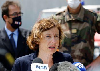 La ministra de Defensa francesa, Florence Parly, habla con los periodistas mientras visita el sitio devastado de la explosión masiva en el puerto de Beirut, Líbano, el 14.8.20. Foto REUTERS / Thaier Al-Sudani.