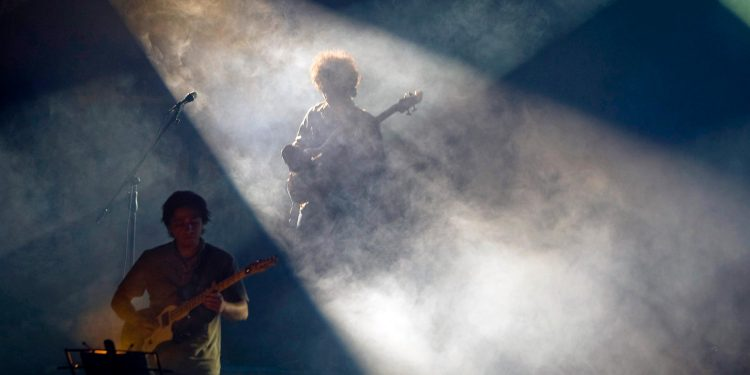 Músicos iraníes actúan durante un concierto en el edificio del Ministerio del Interior en Teherán el 24 de abril de 2008. REUTERS / Morteza Nikoubazl (IRÁN)