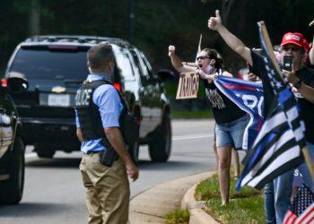 Partidarios y manifestantes reaccionan cuando la caravana del presidente de Estados Unidos, Donald Trump, sale del Trump National Golf Club en Sterling, Virginia, Estados Unidos, el 23 de agosto de 2020. REUTERS / Erin Scott