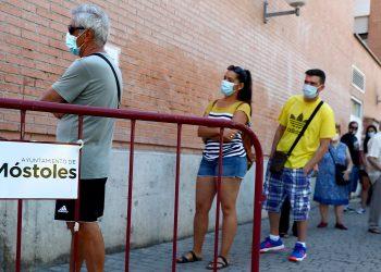 Personas hacen cola para someterse a una prueba de PCR en el centro de atención primaria de salud Coronel Palma durante la pandemia de la enfermedad por coronavirus (COVID-19) en Móstoles, España, el 22 de agosto de 2020. REUTERS / Sergio Pérez