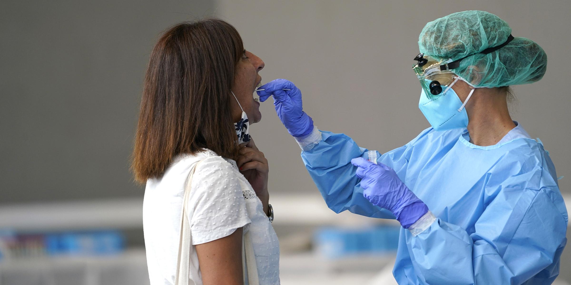Un trabajador médico administra una prueba de PCR a un residente de la ciudad vasca de Azpeitia, España, en medio de un brote localizado de la enfermedad por coronavirus (COVID-19), el 17 de agosto de 2020. REUTERS / Vincent West