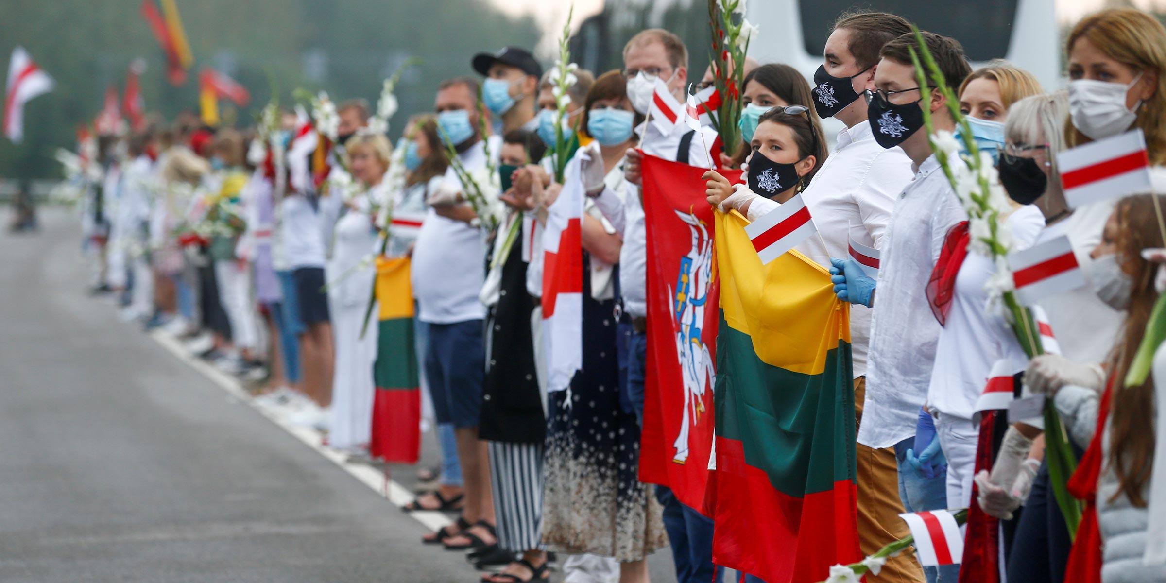 Las personas forman una cadena humana para mostrar su apoyo a los manifestantes en Bielorrusia en Medininkai, Lituania, el 23 de agosto de 2020. REUTERS / Ints Kalnins