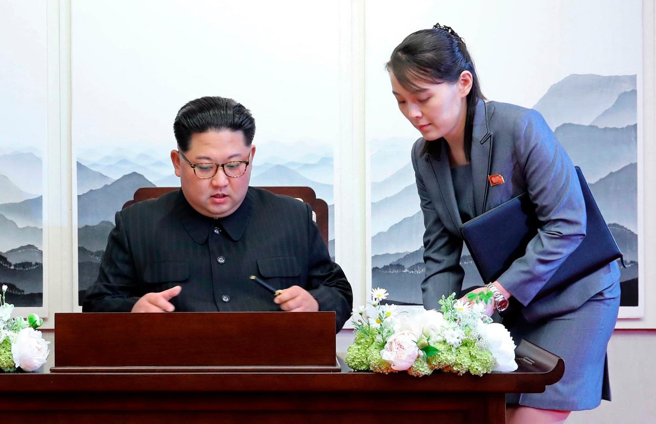 Kim Jong Un y su hermana menor, Kim Yo Jong, durante un evento político. Foto cortesía