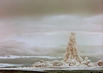 Una nube de humo y polvo se eleva en el cielo después de que la llamada Tsar Bomba fuera detonada en una prueba sobre el archipiélago de Novaya Zemlya.