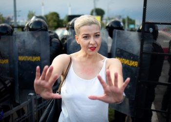 La política de la oposición bielorrusa Maria Kolesnikova gesticula delante de los agentes del orden durante un mitin en Minsk