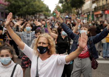 En el mundo, las protestas se intensifican contra los gobiernos antes las medidas por confinamiento, mientras las cifras por contagios aumentan / Foto REUTERS / Javier Barbancho