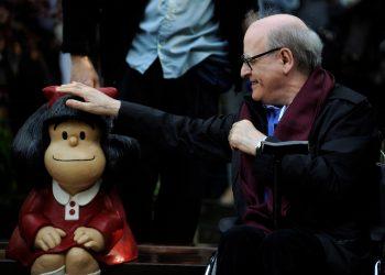 El dibujante Joaquín Salvador Lavado, también conocido como Quino, toca una escultura de su personaje cómico Mafalda, durante una ceremonia de inauguración de un parque de San Francisco en Oviedo, norte de España, 23 de octubre de 2014 /REUTERS/Eloy Alonso