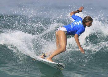 Maya Gabeira surfea