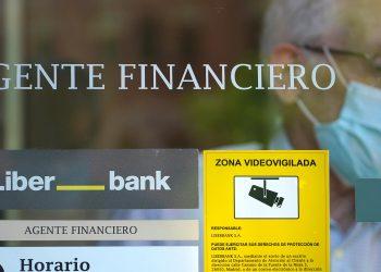 Un hombre abandona la sucursal de la agencia financiera Liberbank en Madrid, España, 2 de julio de 2020. REUTERS / Juan Medina