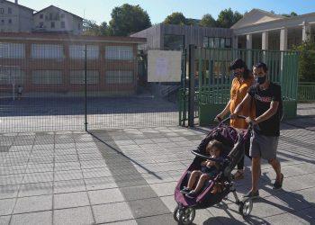 Una pareja pasa por la escuela primaria de Zaldibar después de que las autoridades de la región del País Vasco en España dijeron el jueves que habían cerrado la escuela luego de que varios maestros dieron positivo por la enfermedad del coronavirus (COVID-19), en Zaldibar, España, el 10 de septiembre de 2020. REUTERS / Vincent West