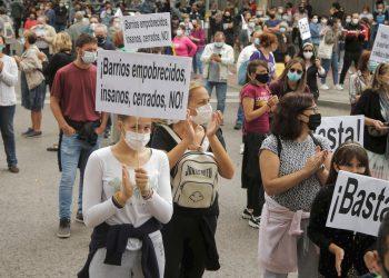 Personas protestan frente a la oficina de salud del gobierno regional de Madrid por la falta de apoyo y movimiento para mejorar las condiciones laborales en el barrio de Vallecas, en medio del brote de la enfermedad por coronavirus (COVID-19) en Madrid, España, 20 de septiembre de 2020. REUTERS / Javier Barbanchoavier Barbancho