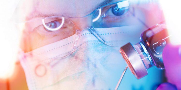 Gobiernos ejercen una presión adicional a los laboratorios, además de las urgencias propias de la pandemia, para que la vacuna sea aprobada cuanto antes. / Envato