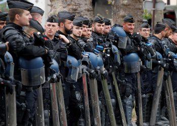 Los gendarmes franceses toman posiciones durante una protesta de los trabajadores de la salud en París como parte de un día de acciones a nivel nacional para instar al gobierno francés a mejorar los salarios e invertir en hospitales públicos, a raíz de la crisis de la enfermedad del coronavirus (COVID-19) en Francia. 30 de junio de 2020. REUTERS / Charles Platiau