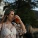 Mujer bebiendo de un vaso