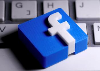 FOTO DE ARCHIVO: Se ve un logotipo de Facebook impreso en 3D colocado en un teclado en esta ilustración.