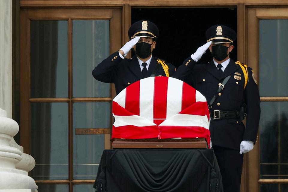 Los miembros de la guardia de honor saludan el ataúd del juez Ginsburg mientras descansa en el edificio de la Corte Suprema de los Estados Unidos en Washington.