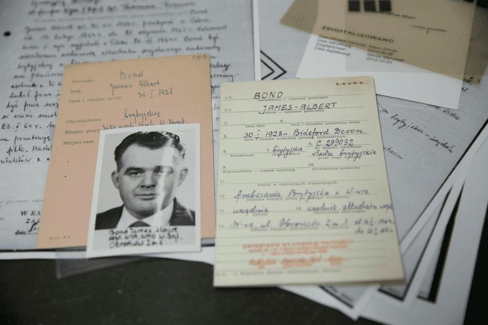 Los documentos de un presunto agente británico llamado James Bond se muestran en el Instituto de Recuerdo Nacional (IPN) en Varsovia.