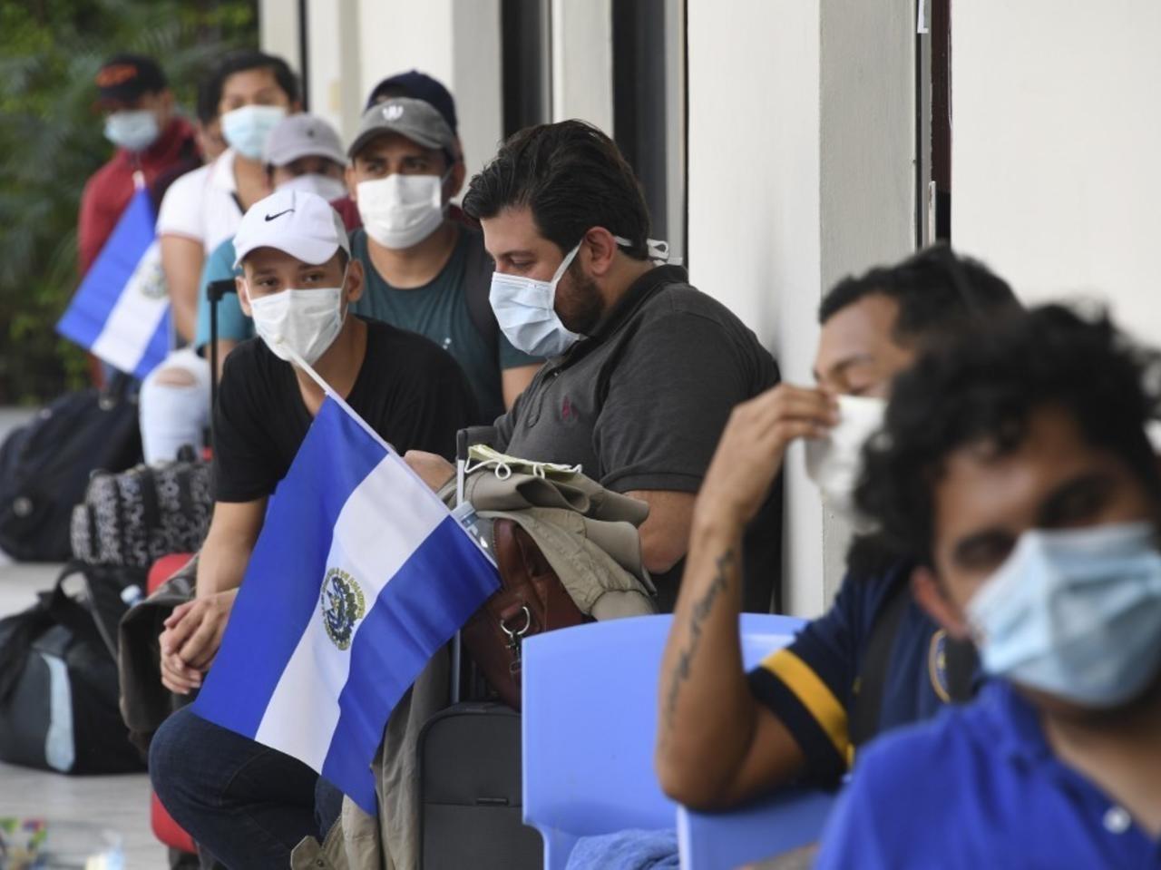 Ciudadanos de El Salvador repatriados de Honduras a su llegada a un centro para pasar la cuarentena. Foto en San Salvador, 1 de mayo de 2020. Yuri CORTEZ / AFP