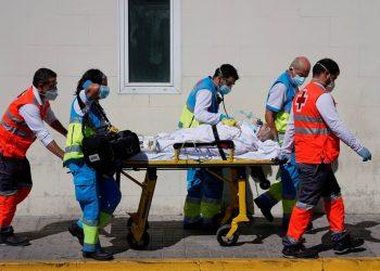 Trabajadores de la salud empujan una camilla con un paciente en la unidad de emergencia en medio de la pandemia de la enfermedad por coronavirus / Foto REUTERS / Juan Medina