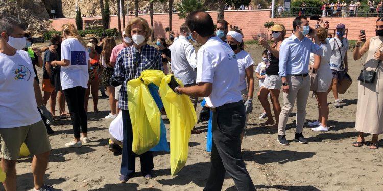 La Reina Sofía y su Fundación, se sumaron por cuarto año consecutivo a la jornada de limpieza de las playas. En esta oportunidad fue en Málaga / Foto @ecoembes