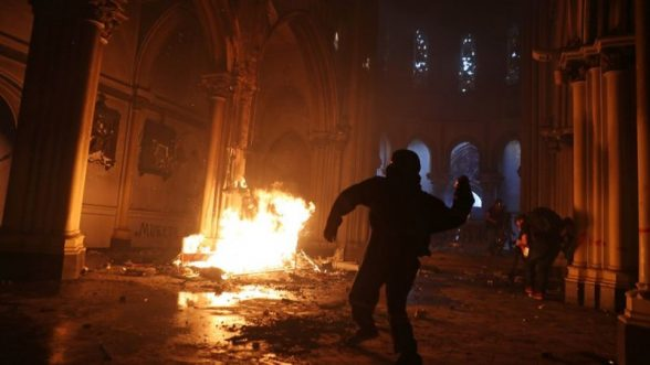 Manifestantes incendiaron dos iglesias de la capital chilena / REUTERS