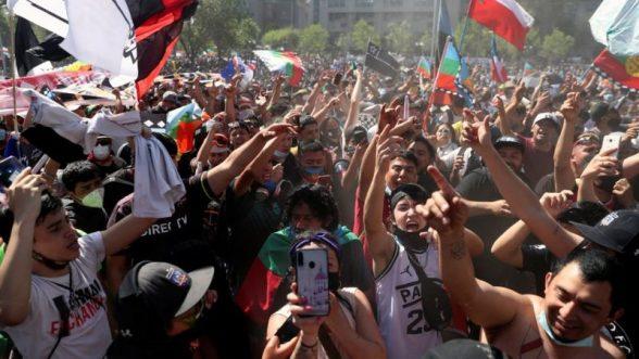 Protesta en Chile por aniversario de estallido social de 2019 terminó en incendios de iglesias / REUTERS